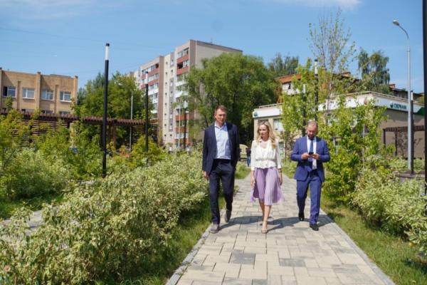 Александр Двойных вместе с заместителем министра благоустройства проверили состояние площади у почты и содержание ближайших дворов